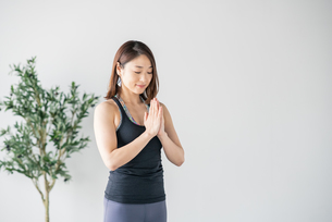 Woman practicing yoga in studio.の写真素材 [FYI04498488]