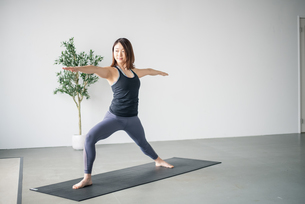Woman practicing yoga in studio.の写真素材 [FYI04498492]
