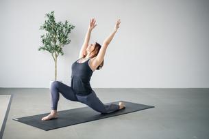 Woman practicing yoga in studio.の写真素材 [FYI04498493]