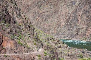グランドキャニオンのハイカーとコロラド川の写真素材 [FYI04498554]