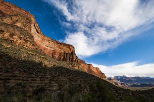 グランドキャニオンの断崖と雲の写真素材 [FYI04498565]