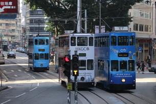 香港・ワンチャイ(湾仔)の街を行く路面電車トラム。トラムは英国植民地時代から走り続ける香港庶民の足の写真素材 [FYI04498722]