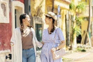 旅行を楽しむ20代女性2人の写真素材 [FYI04498795]