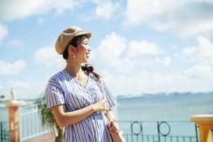 海を眺める20代女性の写真素材 [FYI04498797]