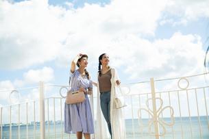 海を眺める20代女性2人の写真素材 [FYI04498801]