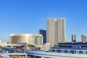 ゆりかもめと豊洲の街並み 東京風景の写真素材 [FYI04499071]