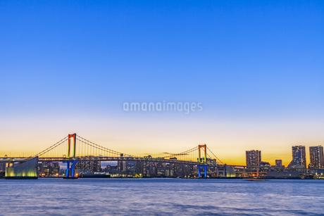 豊洲市場より望む東京ウォーターフロント夜景の写真素材 [FYI04499074]