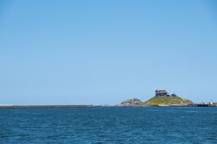 快晴の空と蕪島の写真素材 [FYI04499329]