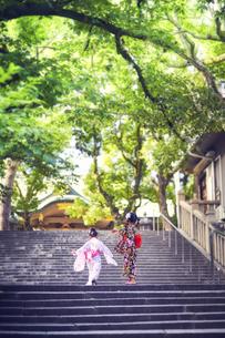 階段を上る浴衣姿の女の子の写真素材 [FYI04499448]