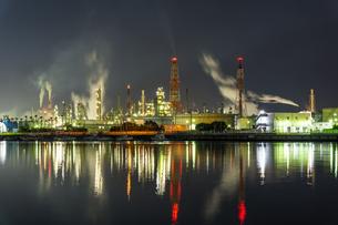 石津漁港から見た堺臨海地区の工場夜景の写真素材 [FYI04499486]