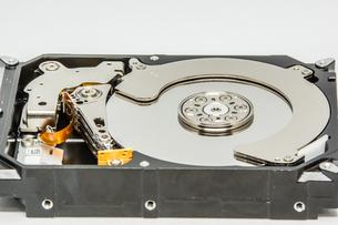 白い背景のハードディスクドライブの写真素材 [FYI04499498]