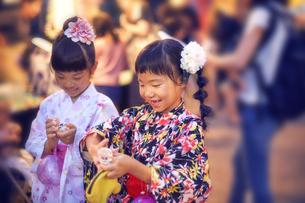祭りで買ったおもちゃの指輪をつける浴衣姿の女の子の写真素材 [FYI04499506]