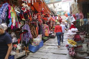 パーティーグッズなどが所狭しと並べられる香港島セントラル地区(中環)もポッティンジャーストリート。外国人観光客にも人気があるの写真素材 [FYI04499650]