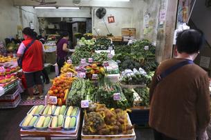 香港島の下町「北角}(ノースポイント)の青空市場の八百屋。日本に馴染みのない野菜も多く売っているの写真素材 [FYI04499679]