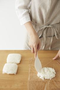 白ご飯をラップに小分けする女性の手元の写真素材 [FYI04499779]