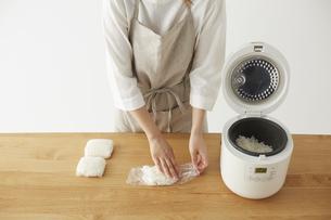 白ご飯をラップに小分けする女性の写真素材 [FYI04499780]