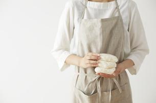ラップに小分けした白ご飯を両手で持つ女性の写真素材 [FYI04499781]