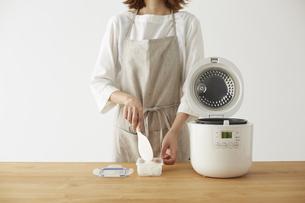 白ご飯をタッパーに詰める女性の写真素材 [FYI04499782]