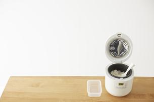空のタッパーと白ご飯が入った炊飯器の写真素材 [FYI04499793]