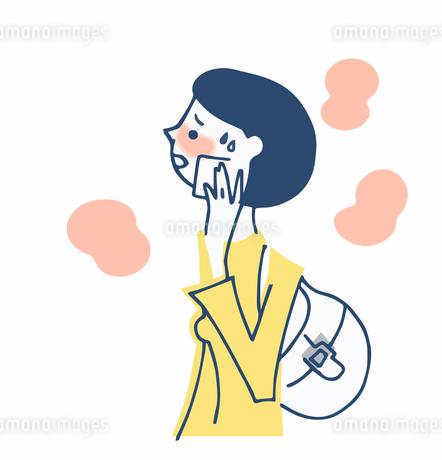 顔の汗を拭く女性のイラスト素材 [FYI04499865]