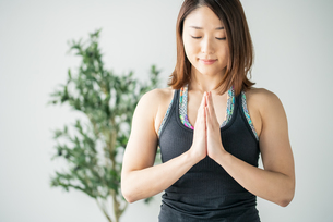 Woman practicing yoga in studio. Yoga exercise image.の写真素材 [FYI04500076]