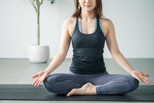 Woman practicing yoga in studio. Yoga exercise image.の写真素材 [FYI04500079]