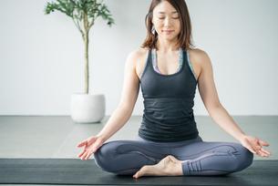 Woman practicing yoga in studio. Yoga exercise image.の写真素材 [FYI04500083]