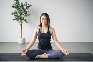Woman practicing yoga in studio. Yoga exercise image.の写真素材 [FYI04500085]