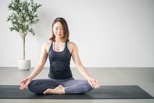 Woman practicing yoga in studio. Yoga exercise image.の写真素材 [FYI04500088]