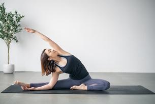 Woman practicing yoga in studio. Yoga exercise image.の写真素材 [FYI04500090]