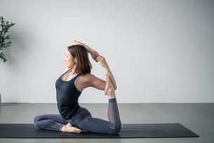 Woman practicing yoga in studio. Yoga exercise image.の写真素材 [FYI04500093]