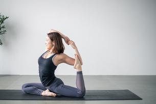 Woman practicing yoga in studio. Yoga exercise image.の写真素材 [FYI04500095]