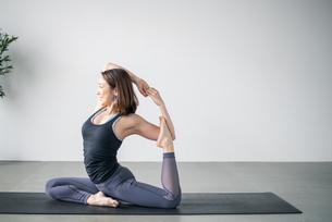 Woman practicing yoga in studio. Yoga exercise image.の写真素材 [FYI04500097]