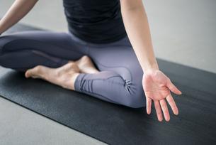 Woman practicing yoga in studio. Yoga exercise image.の写真素材 [FYI04500100]