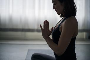 Woman practicing yoga in studio. Yoga exercise image.の写真素材 [FYI04500106]