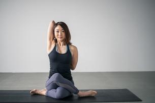 Woman practicing yoga in studio. Yoga exercise image.の写真素材 [FYI04500109]