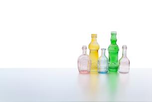 カラフルなビンテージの小瓶の写真素材 [FYI04500352]
