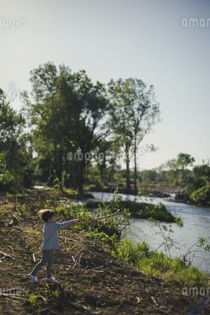 川で遊ぶ子供の写真素材 [FYI04500458]