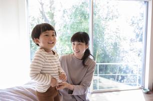 子供の世話をする母親の写真素材 [FYI04500609]