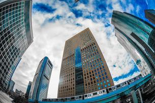 東京都港区・汐留のオフィスビル群と青空の写真素材 [FYI04500673]