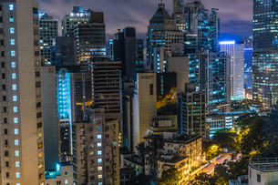香港特別行政区の高層ビル群の夜景の写真素材 [FYI04501008]