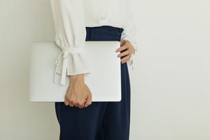 ノートパソコンを持つ女性の手元の写真素材 [FYI04501464]