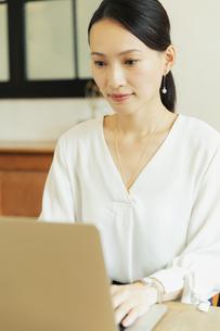 パソコンで作業している20代女性の写真素材 [FYI04501465]