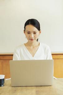 パソコンで作業している20代女性の写真素材 [FYI04501466]