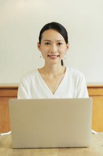 パソコンで作業している20代女性の写真素材 [FYI04501467]