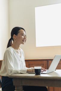 パソコンで作業している20代女性の写真素材 [FYI04501471]
