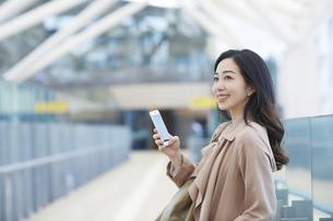 スマートフォンを持つ女性の写真素材 [FYI04501670]