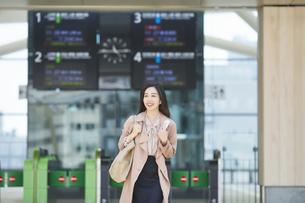 駅を出る女性の写真素材 [FYI04501682]