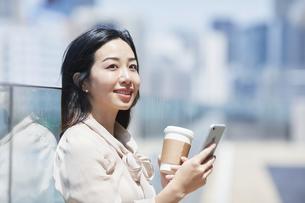 スマートフォンを持つ女性の手の写真素材 [FYI04501688]