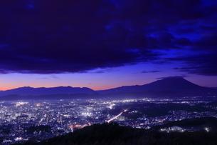 岩山展望台から岩手山と盛岡市街の夜景の写真素材 [FYI04501975]